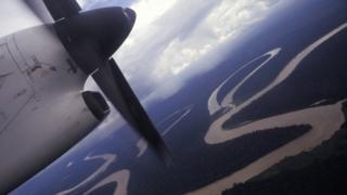 Una avioneta volando sobre el Amazonas