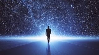 Мужчина на фоне Млечного пути