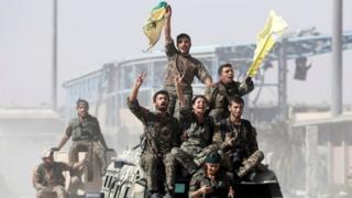 Rakka'daki YPG kökenli SDF güçleri