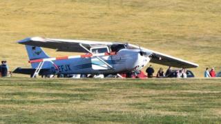 هواپیما بعد از فرودی ناکام سعی داشت دوباره به آسمان برورد که به حصار فرودگاه و جاده برخورد کرد