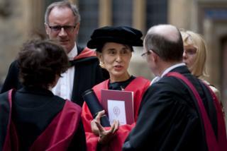 ออง ซาน ซูจี รับปริญญาดุษฎีบัณฑิตกิตติมศักดิ์จากอ็อกซ์ฟอร์ดเมื่อปี 2012