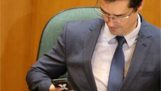 Deltan Dallagnol olha para o celular