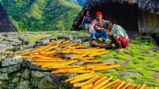 Petani kayu manis di Waerebo menjemur kayu manis, karya Suwandi Chandra yang meraih penghargaan ketiga.