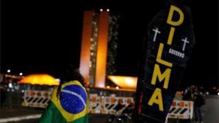 """Un ataúd con el nombre """"Dilma"""" y la palabra """"gobierno""""."""