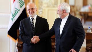 Iraqi Foreign Minister Ibrahim Jaafari shakes hand with his Iranian counterpart, Mohammad Javad Zarif, in Tehran (6 January 2015)
