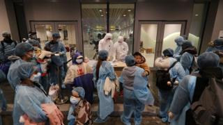 Công dân Việt Nam hồi hương từ Vũ Hán chờ kiểm tra chi tiết cá nhân tại sân bay Vân Đồn tỉnh Quảng Ninh vào trung tuần tháng Hai, 2020