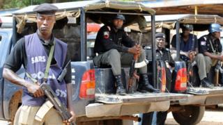 Nigeria police dey sidon for dia car