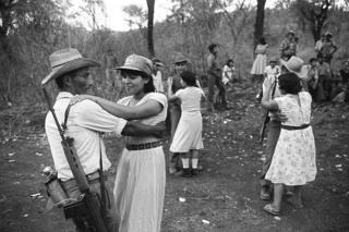 Guerrilleros bailan en El Salvador.