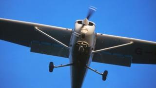 """متعلم طيران يتمكن من الهبوط بأمان بطائرة """"سيسنا"""" خفيفة (ليست التي في الصورة) في مطار بمدينة بيرث"""