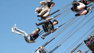 İstanbul'da bayram tatilinde gençler bir lunaparktaki salıncağa binerken