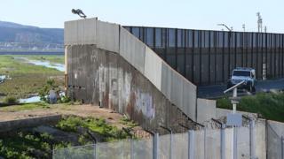 Muro entre Estados Unidos y México.