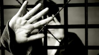 Foto de mulher sob custódia