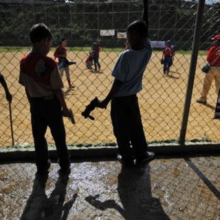 Niños con pistolas de juguete