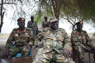 Makamu wa rais wa zamani Sudan kusini Riek Machar (kati)