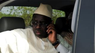Le président du Sénégal Macky Sall au téléphone