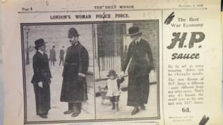 這份1914年12月3日的《每日鏡報》上刊登了當時在倫敦街頭為警察提供協助的女性志願者。