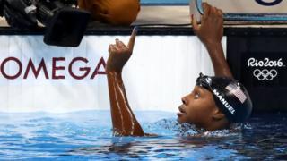 Simone Manuel celebra sua medalha de ouro