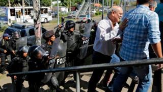 La policía nicaragüense carga contra Carlos Fernando Chamorro y otros periodistas nicaragüenses