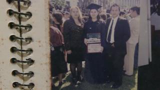 Karla Turcios cuando se graduó junto a sus padres.