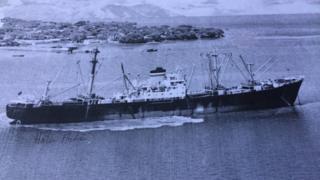 Un carguero pasa frente al puerto de Amapala.