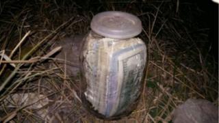 банка з валютою