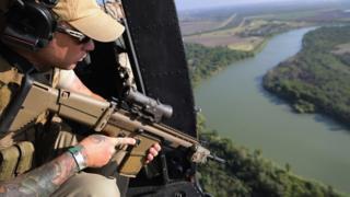 Policía patrullando el Río Grande