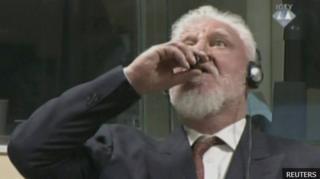 นายสโลโบดาน พราลยัค ดื่มสารพิษโพแทสเซียมไซยาไนด์จากขวดแก้วขนาดเล็ก