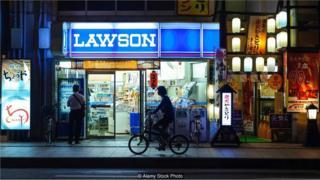 Lojas de conveniência 24 horas no Japão
