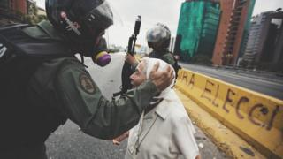 Sor Esperanza frente a soldados de la Guardia Nacional Bolivariana