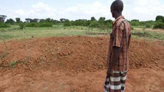 Un homme observant la fosse commune où 39 personnes sont enterrées en 2012. (illustration)