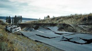 Carretera partida por un terremoto