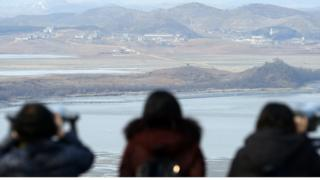 임진각에서 북한 땅을 바라보는 여성들 (이 사진은 본 기사와 관련이 없습니다)