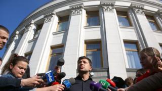 Володимир Зеленський біля будівлі Верховної Ради