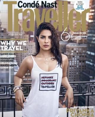 """La portada de Priyanka Chopra que causó polémica por el mensaje en su camiseta que tiene las palabras tachadas """"inmigrante, refugiada e intrusa""""."""