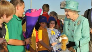 School children meet the Queen