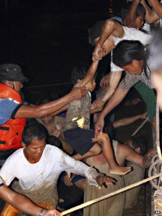Volunteers rescue residents of Cagayan de Oro city, Philippines, 17 December 2011