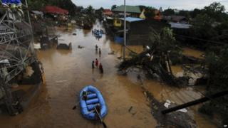 Rescuers search for survivors in Cagayan de Oro, Philippines, 17 December 2011