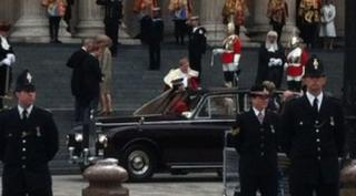 William and Kate arriveat cathedral