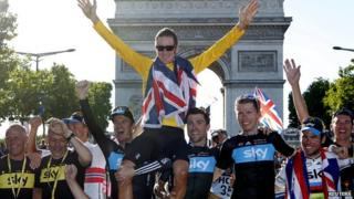Team Sky celebrating in front of Arc de Triomphe