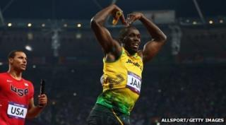 Usain Bolt does the 'Mobot'