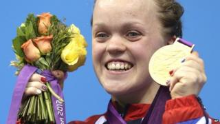 Ellie Simmonds holds up her gold medal