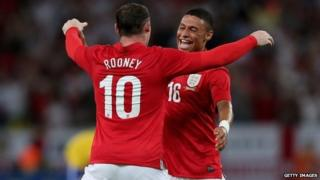 Wayne Rooney celebrates with Alex Oxlade-Chamberlain