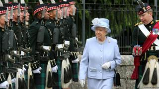 Queen Elizabethh II with Royal Scots Borderers and Major Jules Kilpatrick