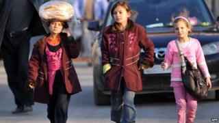 Syrian refugees leave the country with their belongings