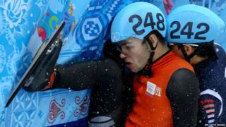 Sjinkie Knegt of the Netherlands and Se Yeong Park of South Korea fall
