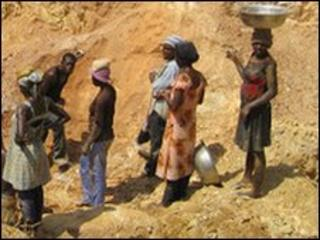 Informal sector gold miners (BBC's Peter Lewenstein)