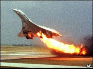 Air France Concorde trails fire from its engine shortly before crashing - 25 July 2000