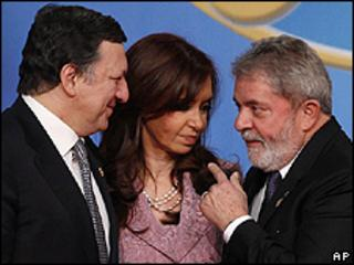 Brazil President Luis Inacio Lula da Silva (right), with EU Commission President Jose Manuel Barroso (left) and Argentine President Cristina Kirchner, 18 May 10