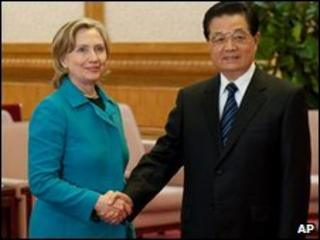 US Secretary of State Hillary Clinton and Chinese President Hu Jintao in Beijing (25 May 2010)