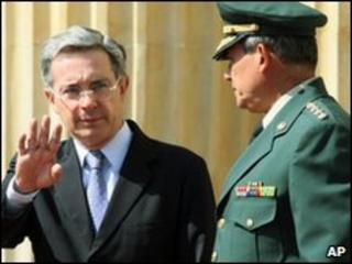 Colombian President Alvaro Uribe stands next to armed forces commander Gen Freddy Padilla on 24 May